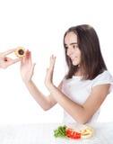 Молодая женщина отказывает торт и выбирает салат Стоковое Изображение