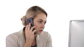Молодая женщина офиса говоря с кто-то на ее мобильном телефоне, белой предпосылкой сток-видео