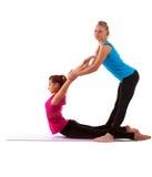 Молодая женщина пар милая делая тренировку простирания Стоковое фото RF
