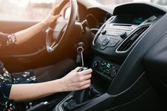 Молодая женщина переключать в автомобиле copyspace автомобиля управляя взглядом обеспеченным внутренностью стоковые изображения