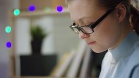Молодая женщина писать ее домашнюю работу акции видеоматериалы