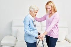 Молодая женщина позаботить о пожилая женщина стоковые изображения