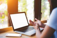 Молодая женщина получает боль руки причиненный на столе офиса в фронте Стоковая Фотография