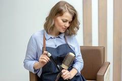 Молодая женщина получает стрижку на салоне стоковые изображения