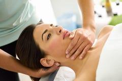 Молодая женщина получая головной массаж в спа-центре Стоковое Изображение