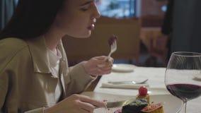 Молодая женщина портрета есть красиво служила говядина аппетита или мясо овечки с мозолью и цукини барбекю со стеклом  сток-видео