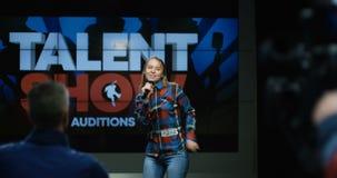 Молодая женщина поя и танцуя на шоу таланта видеоматериал