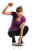Молодая женщина празднуя потерю веса стоковое изображение