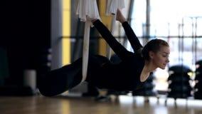 Молодая женщина практикует йогу в современном спортклубе акции видеоматериалы