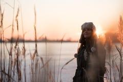 Молодая женщина представляя около замороженного озера стоковые фотографии rf