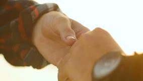 Молодая женщина принимает руку человека в солнечном свете видеоматериал
