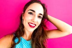 Молодая женщина принимая selfie Стоковые Изображения RF