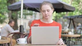 Молодая женщина приходя и сидя на Суде использовать ноутбук видеоматериал