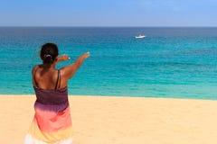 Молодая женщина при поднятые рукоятки Стоковое Изображение