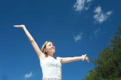 Молодая женщина при поднятые рукоятки Стоковые Изображения