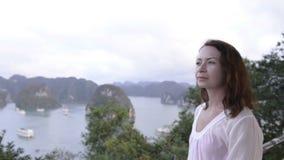 молодая женщина при солнечные очки смотря далеко на предпосылке моря и острова акции видеоматериалы