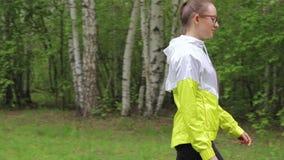 Молодая женщина проходя камерой сток-видео