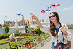 Молодая женщина путешественника посещая дворец Бангкока грандиозный Стоковая Фотография
