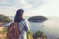 Молодая женщина путешественника стоя и смотря взгляд наслаждаясь bea Стоковые Изображения