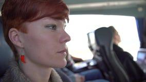 Молодая женщина путешествуя автобусом к городу, наслаждается удобной ездой видеоматериал
