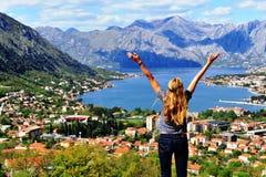 Молодая женщина путешествуя в Черногории стоковые фото
