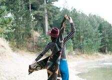 Молодая женщина путешествуя самостоятельно Готовить озеро стоковые фото