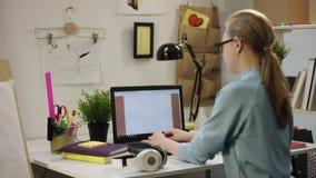 Молодая женщина работая на компьютере сток-видео
