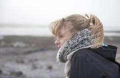 Молодая женщина рассматривая вне море на ветреный день, принятый с космосом экземпляра Стоковое Изображение