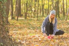 Молодая женщина связывая ее шнурки ботинка перед бегом Здоровый уклад жизни стоковое изображение rf