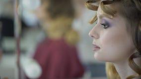 Молодая женщина сидит в салоне красоты на встрече стиля причёсок и состава сток-видео