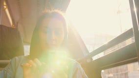 Молодая женщина смешанной гонки туристская в шине используя передвижной умный телефон на авиапорте 4K акции видеоматериалы