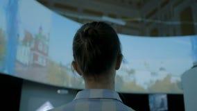 Молодая женщина смотря вокруг в современном историческом музее сток-видео