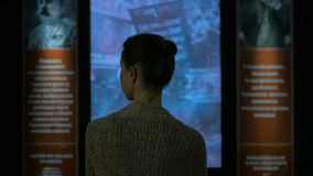 Молодая женщина смотря вокруг в современном историческом музее стоковое фото rf