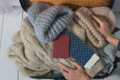 Молодая женщина собирает чемодан Путешественник подготавливая для путешествия, личного взгляда перспективы это принять от стоковые изображения