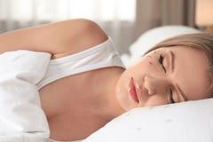 Молодая женщина со спать проблемы потери ресницы стоковое фото rf