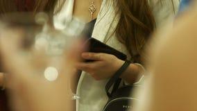 Молодая женщина со стеклом с алкоголем сток-видео