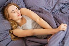 Молодая женщина спать в кровати в спальне, будя девушку стоковая фотография rf