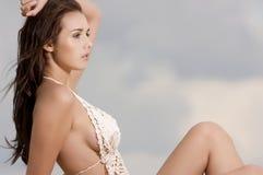 Молодая женщина способа довольно сексуальная на пляже Стоковые Изображения