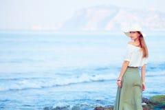 Молодая женщина стоя на утесе стоковые фото