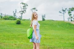 Молодая женщина стоя с сложенной раздувной софой в парке Ла стоковая фотография