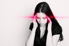 Молодая женщина страдает от головной боли Портрет девушки с пунктами боли на ее голове стоковые фотографии rf