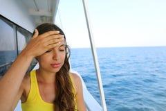 Молодая женщина страдает от морской болезни во время каникул на шлюпке стоковые изображения rf