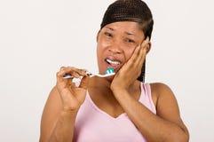 Молодая женщина страдая от зубоврачебной боли стоковые фотографии rf
