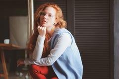 Молодая женщина студента битника или творческий независимый дизайнер на работе Утро в домашнем офисе или студии искусства стоковые изображения