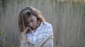 Молодая женщина счастлива и чувствует свободно, на открытом воздухе сток-видео