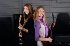 Молодая женщина с гитарой утеса Стоковое фото RF