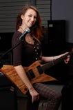 Молодая женщина с гитарой утеса Стоковая Фотография