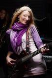 Молодая женщина с гитарой утеса Стоковые Фотографии RF