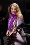 Молодая женщина с гитарой утеса Стоковое Фото