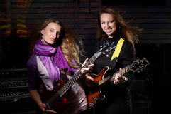 Молодая женщина с гитарой утеса Стоковое Изображение